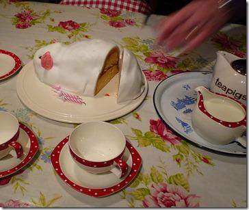 Cutting Fairy's cake (2)